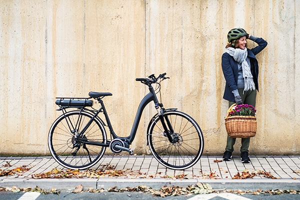 Woman with classic ebike in in the fall
